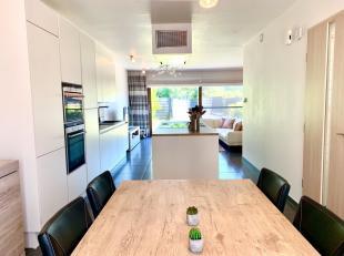 Deze recente, zeer ruime rijwoning (2014)  heeft een prachtige open woonkamer/keuken incl alle nodige toestellen en een groot kookeiland. Het dubbel s