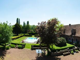 Unieke, idyllische 17 de eeuwse eigendom omringd door water en groen langs de oevers van de Schelde op amper 17 km van Kortrijk. Dit historisch huis b