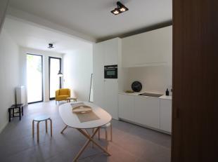 Deze woning werd met veel smaak totaal gerenoveerd. Het telt 2 slaapkamers en een koer. Kwaliteitsvolle materialen, getuige oa de keuken en badkamer.