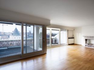 Prachtige Penthouse-Duplex op topligging in centrum Kortrijk (Broel). Dit appartement op het vijfde verdiep heeft een oppervlakte van maar liefst 220