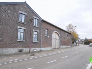 In het centrum van Gutschoven, een deelgemeente van Heers, treffen we deze instapklare, gerenoveerde vierkantshoeve aan.De hoeve werd met kwalitatieve