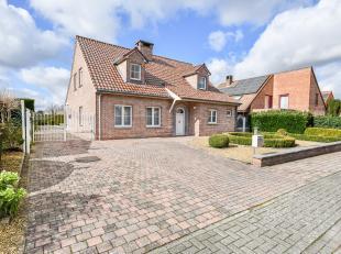 In een doodlopende straat, net buiten het centrum van Sint-Truiden kunnen we deze prachtige villa terug vinden.De woning werd afgewerkt met kwalitatie