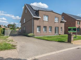 Deze goed onderhouden woning met paardenstallen vinden we terug op een zeer rustige locatie in Hasselt. Verschillende scholen, supermarkten, banken, e