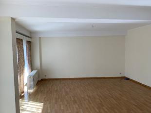 MONS - Ref. 5017. Appartement idéalement situé face au Vauxhall, se composant d'un hall d'entrée, un living, un balcon, 3 chambre