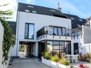 Recent appartement te Leffinge met zicht op de vaart een groot terras achteraan! Indeling: woonkamer met open ingerichte keuken, aparte berging met pl