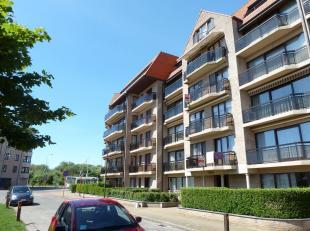 Leuk zonnig appartement met balkon gelegen vlakbij centrum Bredene-Duinen (winkels, tram, strand)! Indeling: woonkamer met open ingerichte keukenhoek,