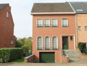 In Linden, een deelgemeente van Lubbeek, staat een halfopen bebouwing van maar liefst 5a te koop. Eenmaal binnen in de woning kom je terecht in de ink