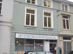 In het hartje van Leuven Centrum staat dit handelspand met appartement te koop. Momenteel wordt er een pizzeria uitgebaat in de handelszaak. Deze zaak