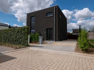 Deze nieuwe woning ligt op een rustige verkaveling te Gelrode. Bij het binnenkomen van de woning heeft u een ruime inkomhal die toegang biedt tot een