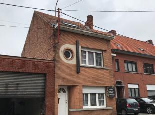 Uitstekend gelegen rijwoning te Aarschot met 3 slaapkamers en een stadstuin! Het gelijkvloers omvat een inkomhal met toegang tot de leefruimte. Het ve