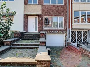 Deze op te frissen woning is gelegen op de Bekaflaan in Aarschot. De gelijkvloerse verdieping omvat een inkomhal, ruime living, eetkamer en keuken. Bo