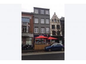 Deze mooie eigendom op een toplocatie is te koop! Op het gelijkvloers bevindt zich een handelspand dat momenteel wordt uitgebaat als café. Daar