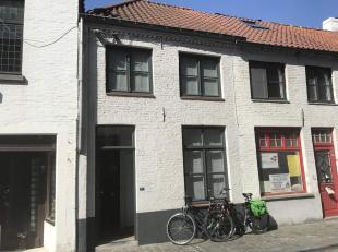 Centraal gelegen op 300 meter van het station en stapvoets van 'Zand van Brugge en het historisch centrum.Deze instapklare 1slaapkamer woning is prakt