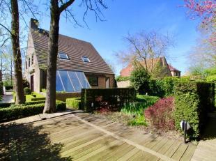 Deze mooie eigendom geniet van volle privacy en is prachtig gelegen in een rustige residentiële en uiterst groene omgeving, aan het J.F. Kennedyp