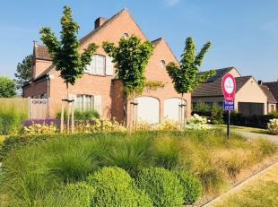 Deze karaktervolle villa heeft werkelijk alle troeven in huis: mooie volumes, prachtige tuin, goede oriëntatie, privacy, rust en schitterende lig