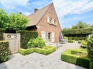 Deze mooie villa met elegante uitstraling werd recent gerenoveerd en geniet van een smaakvolle en hedendaagse afwerkingsgraad. De woning heeft een pra