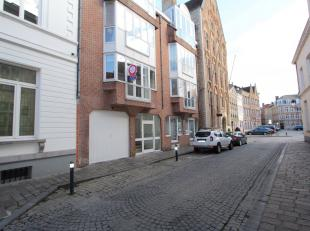 Dit smaakvolle appartement is gelegen in het hartje van Brugge en nabij alle belangrijke invalswegen. Het appartement is als volgt ingedeeld: een inko