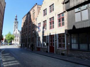 Deze charmante woning met Brugse trapgevel is gelegen vlakbij het Jan van Eyckplein en de Spinolarei op een commerciële topligging in het hartje