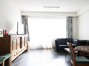 Dit recent gerenoveerd (2013) appartement heeft alles wat u nodig heeft: een ruime living met grote ramen, 2 slaapkamers, een goed uitgeruste keuken,