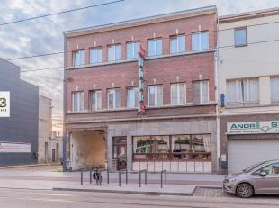 Dit gebouw is vergund als een handelspand van 378 m² met twee ruime appartementen van elk 120 m² en twee overdekte autostaanplaatsen. Het ha
