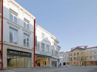 Kortrijk, handelspand met grote zichtbaarheid in hartje Kortrijk.<br /> <br /> Op het kruispunt van de Korte- en de Lange Steenstraat, de winkelstrate