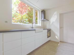 Poperinge, degelijke woning met rustige ligging in doodlopende straat en prachtig gerenoveerd.<br /> <br /> Inkom met vestiaire, toilet, lichtrijke li