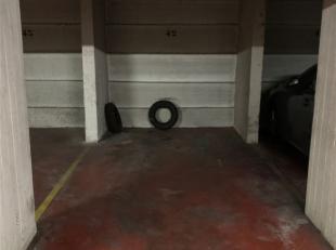 Goed gelegen ondergrondse parkeerplaats te huur. Breedte van 2,3 meter en diepte 4,7 meter. Vrije hoogte van minstens 1,75 meter. Verschillende parkee