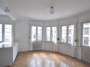 2-slaapkamer appartement te huur, gelegen in een prachtig art-déco gebouw te Elsene, nabij de General Jaqueslaan. Oppervlakte 86 m², volle