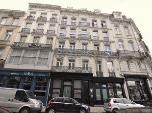 Handelshuis, gelegen in trendy buurt, in volle ontwikkeling, nabij het Fontainas plein. Het gebouw bestaat uit een verhuurd handelsgelijkvloers (hande