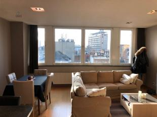 Recent 2-slaapkamer appartement te huur, GEMEUBELD , strategisch gelegen aan de kleine ring. 5de verdieping, veel lichtinval, ruime living met open ke