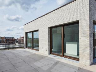 Zeer goed gelegen unieke en instapklare dakappartement bestaande uit 2 slaapkamers, ruime living, volledig geïnstalleerde eetkeuken, Zuid ge&ouml