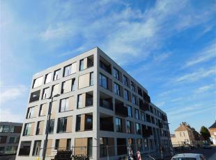 Zeer centraal gelegen en volledig geïnstalleerd nieuwbouwappartement met 2 slpk.<br /> Het appartement is gelegen op de 3de verdieping met een pr