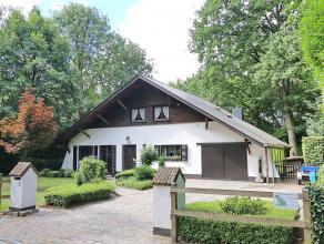 Zeer rustig gelegen villa met mooie aangelegde tuin op 11 are 26 ca. Zuid-west georinteerd. Omvat: bergkelder - inkom, wc, living met inbouwhaard, ing