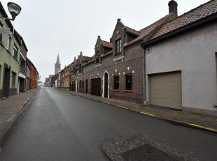 Ruime woning met tuin en garage in het centrum van Boekhoute. Vlakbij de belangrijkste invalswegen. Deze woning beschikt over een ruime inkomhal met p