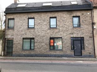 Dit duplex appartement is gelegen aan de Scheldestraat te Gavere in een blokje van 2 appartementen. Het duplexappartement omvat een inkomhall met apar