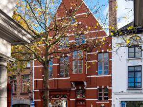 Uniek en multifunctioneel pand op de Vismarkt te Brugge. Het pand beschikt over een achteringang in de Waalsestraat en omvat: - Handelsgelijkvloers (1