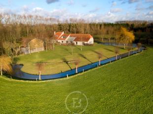 Deze landelijk gelegen villa met uitzonderlijke vergezichten biedt een ideale woon-werkcombinatie.Er is een ruime praktijkruimte en 3 zeer ruime loods
