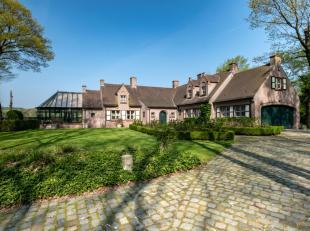 Sublieme alleenstaande villa, prachtig gelegen en verscholen in het mooie Waaroostpark, op een terrein van 5004 m². Via een mooie oprijlaan kom j