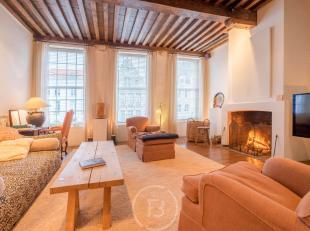 Dit uniek en sfeervol appartement (170 m²) is gelegen op één van de mooiste locaties in Brugge ,vlakbij de St. Walburga kerk, langs