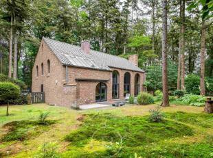 Unieke villa gelegen in het Tillegembos Gelegen in de bosrijke omgeving van het Tillegembos bevindt zich deze villa met aangelegde tuin. Gelijkvloers: