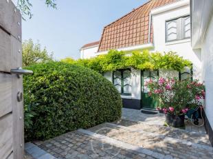 Deze gezellige villa werd gerenoveerd in 2011 en is gelegen op een bloemrijk perceel van zo'n 1.570 m². Op de gelijkvloerse verdieping beschikt m