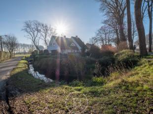 Gelegen aan de Damse Vaart, op wandelafstand van het centrum van Damme en met zicht op de polders, vinden we deze statige villa van het jaar 1997 teru