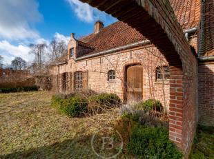 Volg uw nieuwsgierigheid naar deze intrigerende eigendom in de residentiële bossen van Hertsberge, op een mooi zon-gericht perceel van meer dan 1
