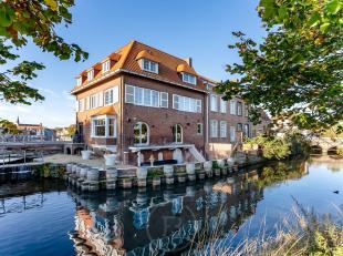 Deze handelsruimte, momenteel uitgebaat al restaurant, is gelegen aan de Dampoort te Brugge, op een idyllische locatie aan het water. Deze eigendom is