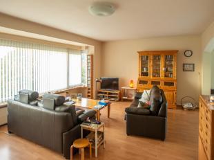 Lichtrijk hoekappartement te Sint-Amandsberg. Gelegen in een rustige residentiële buurt. Dit comfortabel appartement, gelegen op de 3e verdieping