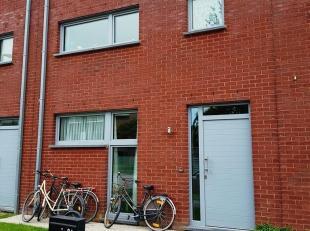 Aan de rand van Oostende (Mariakerke) in een rustige omgeving vind je deze recente woning met inkom, WC, lichtrijke woonkamer met open keuken en bergi