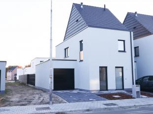 Deze woning ligt langs een invalsweg naar het centrum van Eeklo en omvat een inkom, lichtrijke woonplaats met open keuken,berging, garage, 3 slaapkame