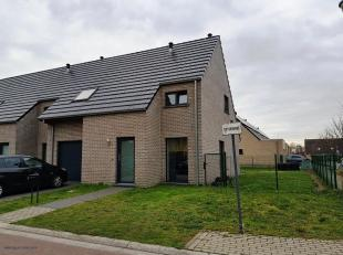 Deze woning omvat een inkom met WC, woonplaats met open keuken, garage, 3 slaapkamers, badkamer en bergzolder. Deze woning betreft een passiefwoning m