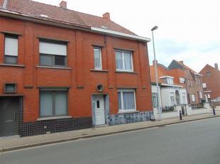 In het centrum van Wevelgem resideert deze te renoveren rijwoning met veel potentieel. De woning is centraal gelegen dichtbij kleinhandel, school, ope