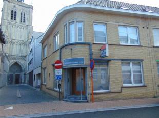 In het centrum van Poperinge, dichtbij de Markt, school, kleinhandel en etc... huisvest dit lichtrijk, gelijkvloers hoekappartement in residentie 'Ber